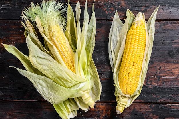Ziarna dojrzałej kukurydzy na drewnianym stole. drewniane tło. widok z góry.
