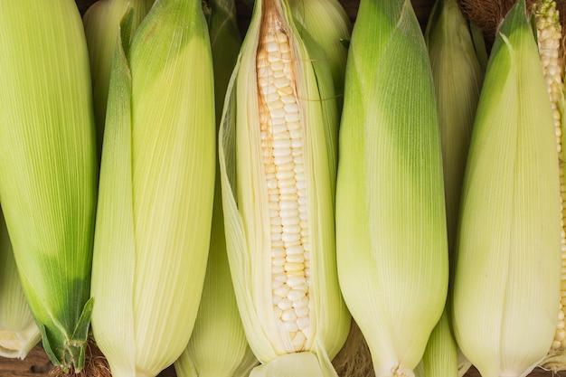 Ziarna dojrzałej kukurydzy na powierzchni drewnianych