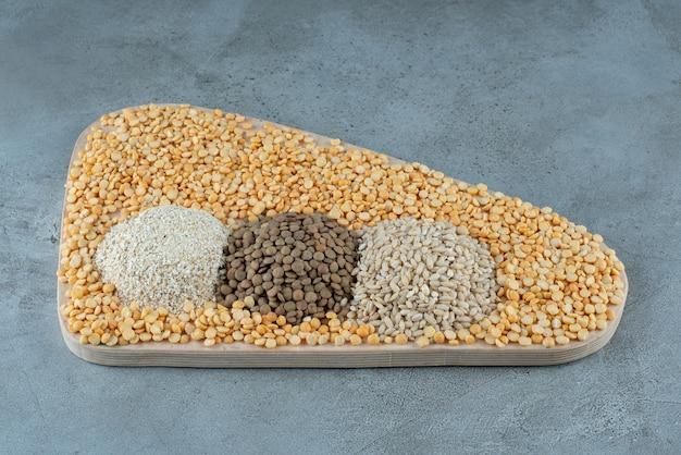 Ziarna grochu, ryż, pestki dyni i słonecznika na półmisku. zdjęcie wysokiej jakości