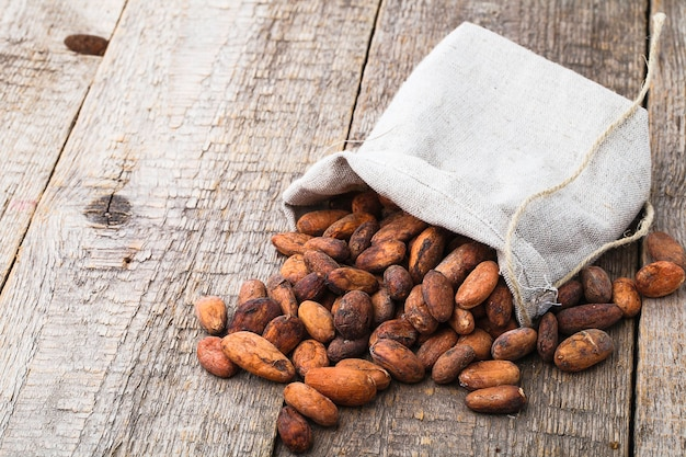 Ziarna kakao na drewnianym stole