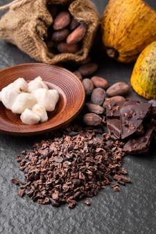 Ziarna kakaowe i strąki kakaowe na powierzchni drewnianych.