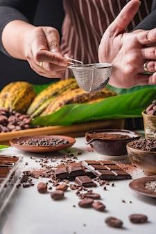 Ziarna kakaowe, kawałki czekolady, kakao w proszku