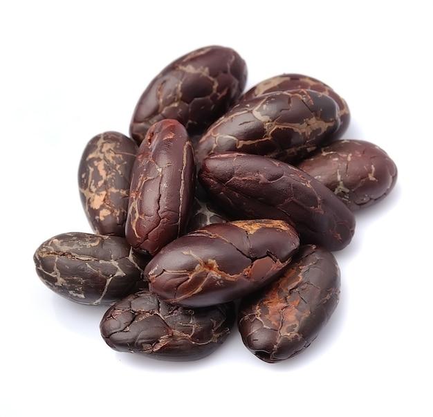 Ziarna kakaowe makro zbliżenie na białym tle.