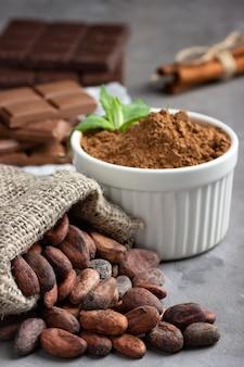 Ziarna kakaowe, proszek i czekolada