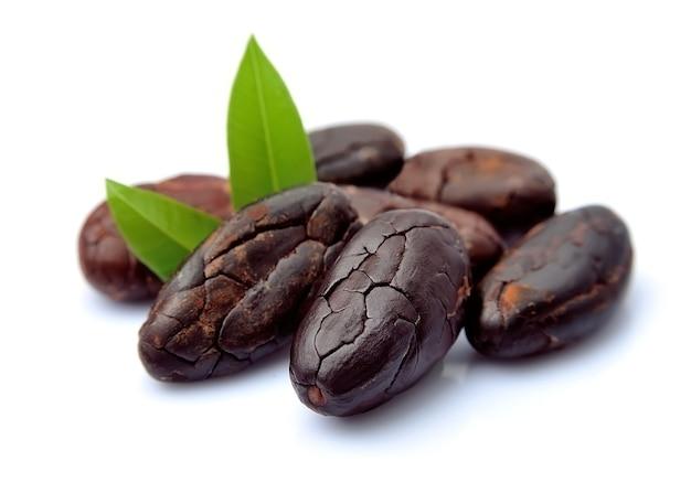 Ziarna kakaowe z liśćmi zbliżenie na białym tle.