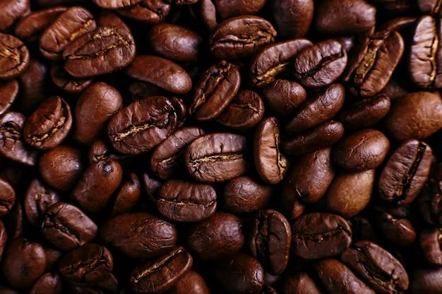 Ziarna kawy arabica z bliska, pachnące brązowe tło.