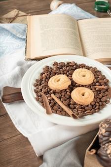 Ziarna kawy, ciastka i książka