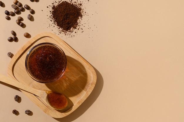 Ziarna kawy i domowy naturalny peeling do zabiegu antycellulitowego. zero odpadów, przyjazne dla środowiska.