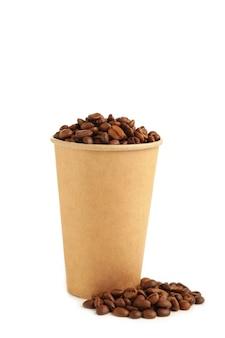 Ziarna kawy i papierowa filiżanka kawy na białym tle. widok z góry.