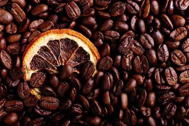 Ziarna kawy i suszona pomarańcza na kuchennym stole