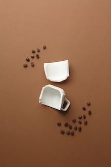 Ziarna kawy i zepsuta filiżanka