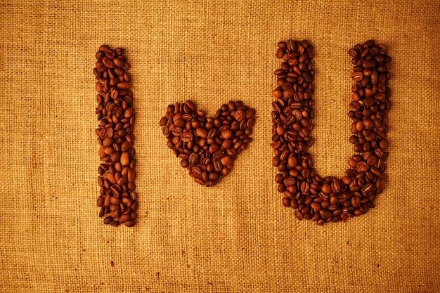Ziarna kawy kocham cię na zwolnionym tle