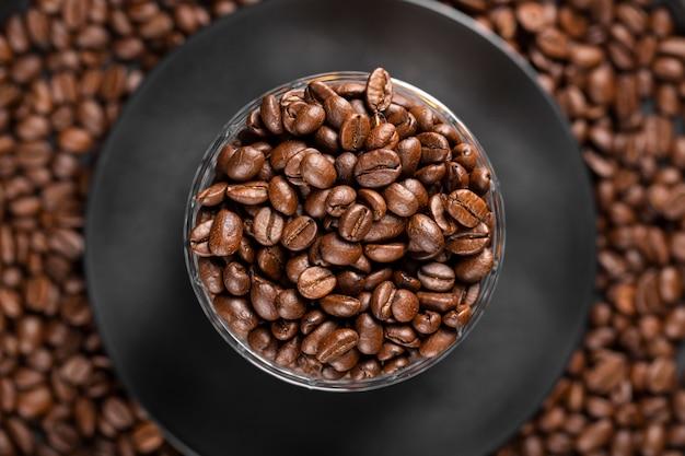 Ziarna kawy leżą płasko w misce