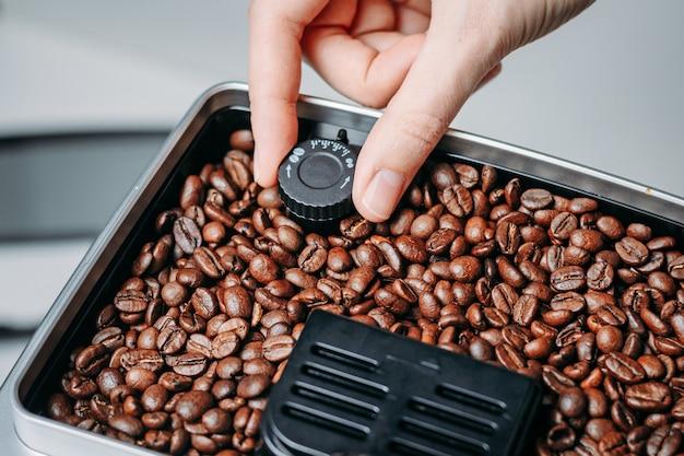 Ziarna kawy mielone w młynku do kawy
