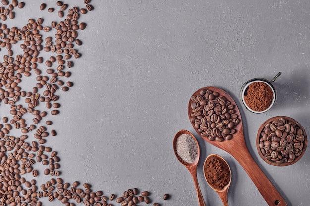Ziarna kawy na białym tle na niebieskim tle.