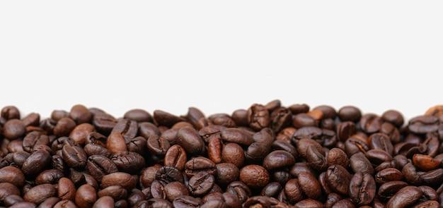 Ziarna kawy na białym tle z miejsca na kopię