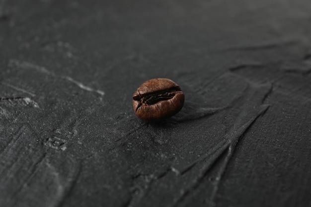 Ziarna kawy na czarno, z bliska i miejsca na tekst