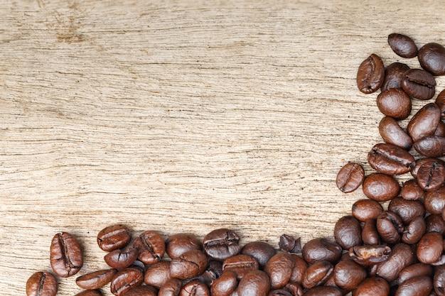 Ziarna kawy na drewnianej podłodze