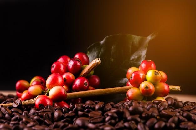 Ziarna kawy. na drewnianym tle obrót