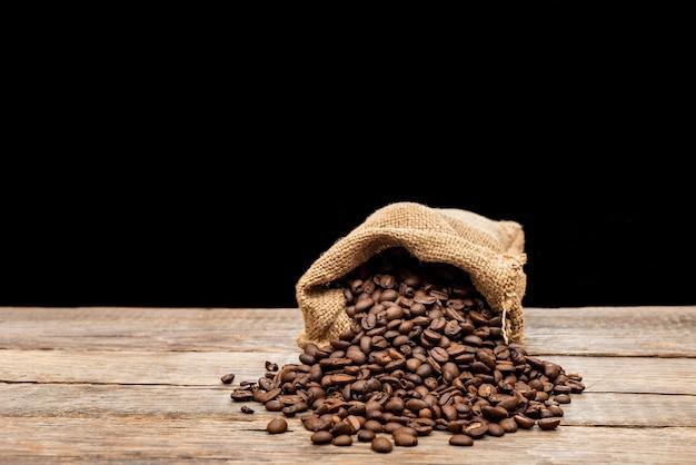 Ziarna kawy na drewnianym tle