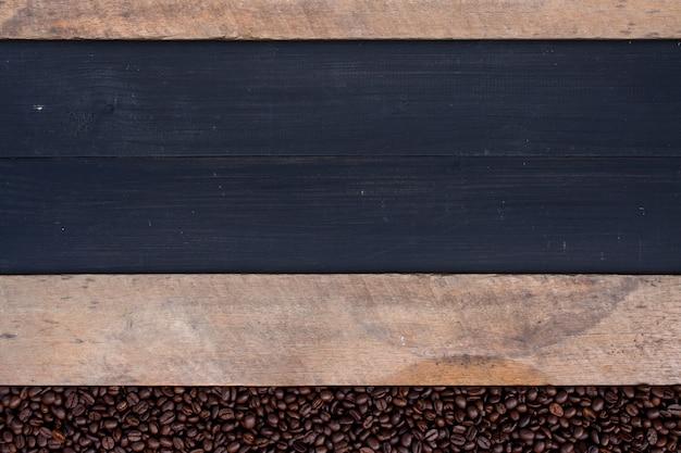 Ziarna kawy na drewnie
