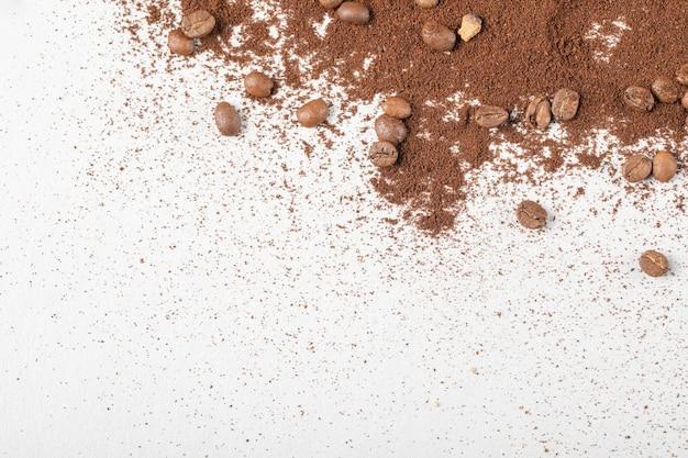 Ziarna kawy na mieszance kawy lub kakao w proszku.