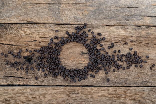 Ziarna kawy na podłodze drewnianym stole