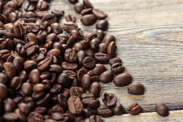 Ziarna kawy na powierzchni drewna
