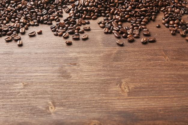 Ziarna kawy na powierzchni drewnianych