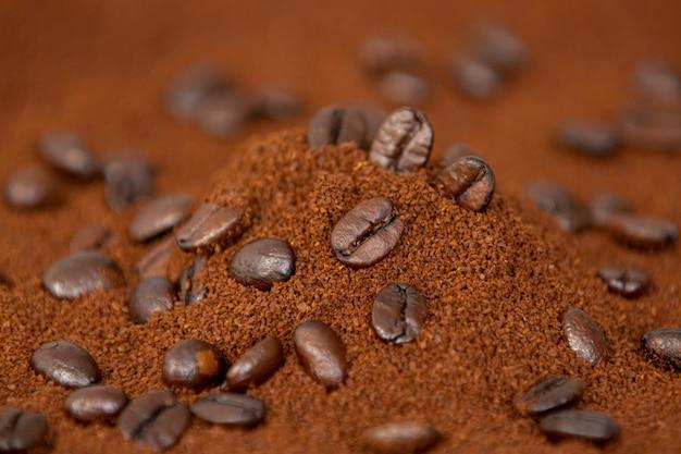 Ziarna kawy na stole prosto z farmy piękne i pachnące