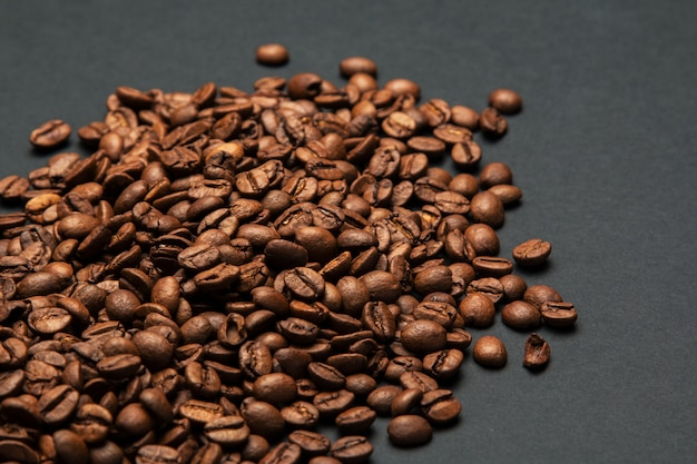 Ziarna kawy na szarej powierzchni