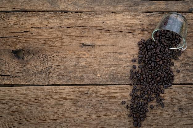 Ziarna kawy na widoku z góry stołu