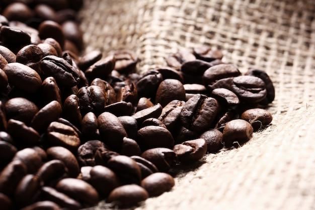 Ziarna kawy na worku z tkaniny