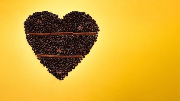 Ziarna kawy na żółtym tle