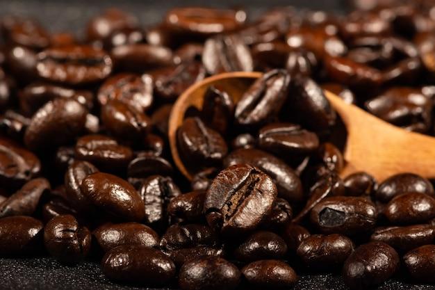 Ziarna kawy palonej drewnianą łyżką