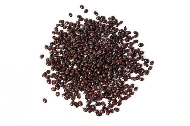 Ziarna kawy palonej na białym tle. w widoku z góry.