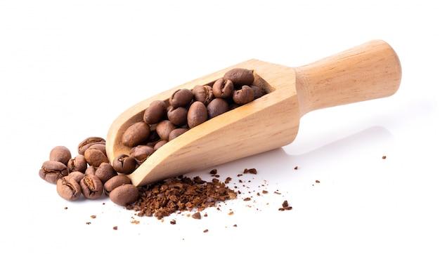 Ziarna kawy palonej samodzielnie na białym tle