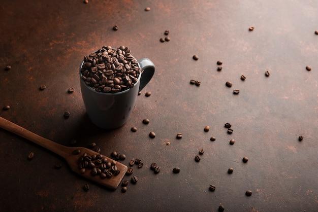 Ziarna kawy palonej w kubku