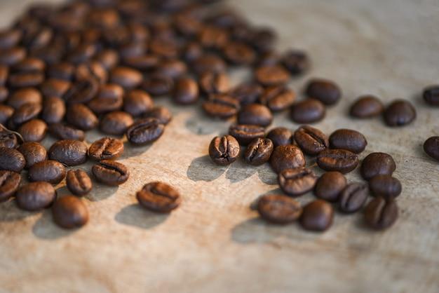 Ziarna kawy pieczone na rustykalnym drewnie