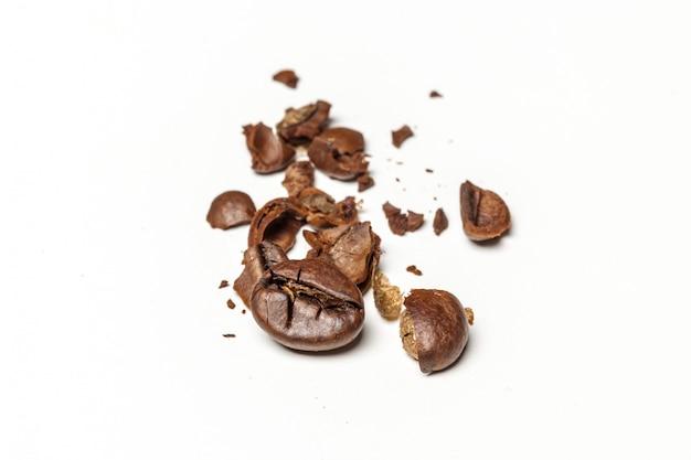 Ziarna kawy. pojedynczo na białym tle