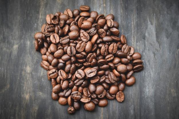 Ziarna kawy prażone na drewnie