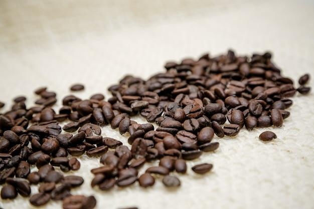 Ziarna kawy rozłożone na stole
