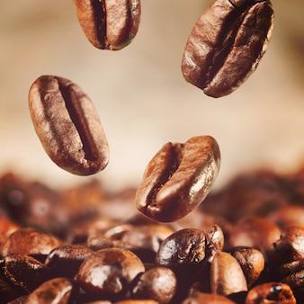 Ziarna kawy spadają