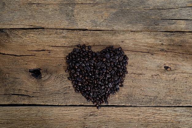 Ziarna kawy ułożone w kształcie serca na biurku