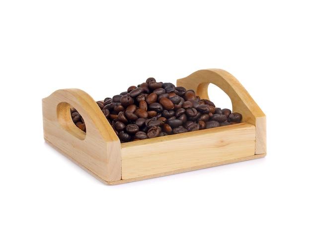 Ziarna kawy w drewnianym pudełku na białym tle
