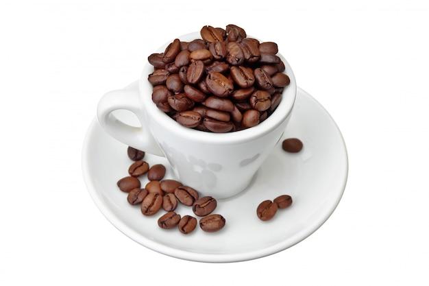 Ziarna kawy w filiżance odizolowywającej na biel przestrzeni