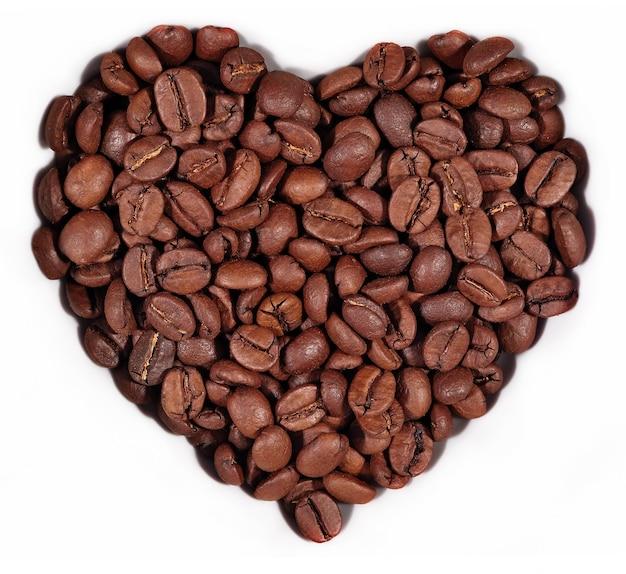 Ziarna kawy w formie serca na białym tle
