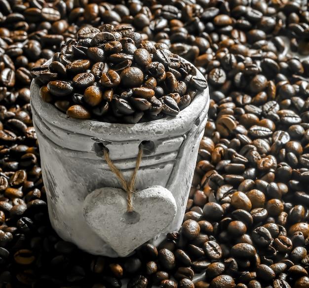 Ziarna kawy w glinianym garnku