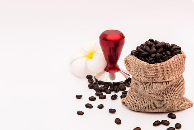 Ziarna kawy w jucie na białym tle