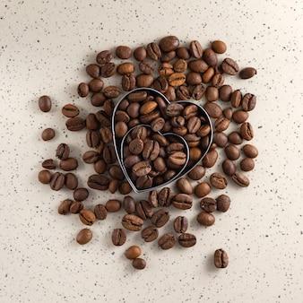 Ziarna kawy w kształcie serca na świetle. widok z góry.